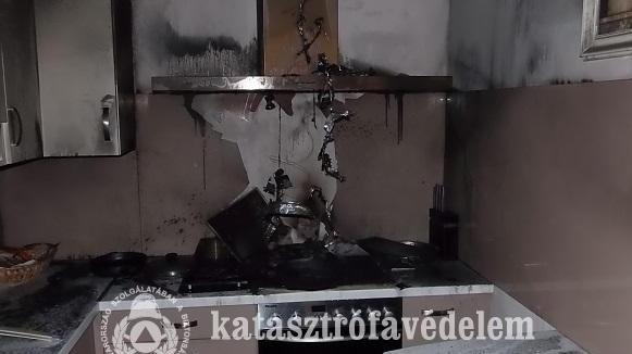 Lángolt egy ház konyhája Pécsen