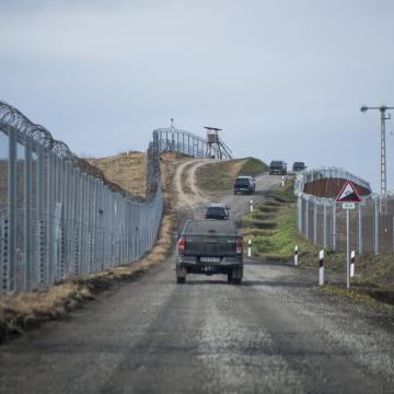 Szijjártó: Ausztria felé már nem mehetnek a migránsok, ezért védeni kell a kerítést