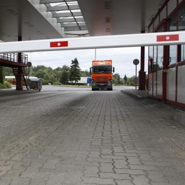 Két pakisztáni férfi egy macedón kamionban