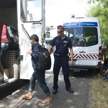 Röszkénél kettő, az országban hetven határsértőt tartóztattak föl a hétvégén