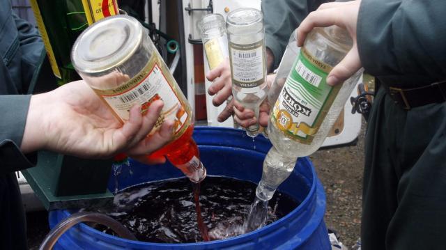 105 tonna élelmiszert és 7 ezer liter hamisított alkoholos italt vontak ki a forgalomból a hatóságok