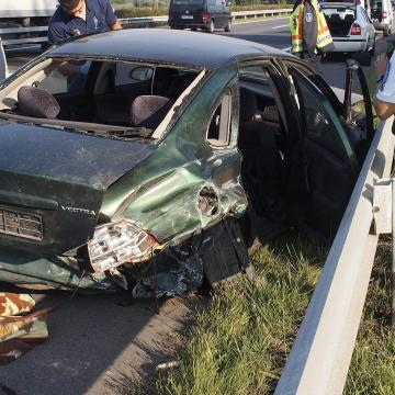 Szalagkorlát állította meg a kisodródott autót