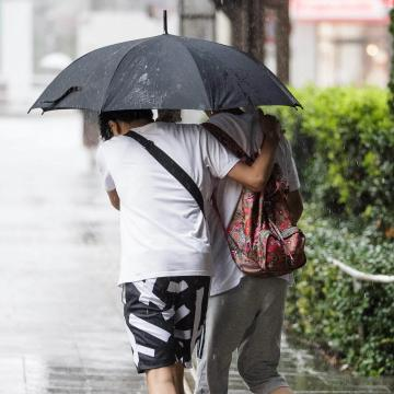 A fél országban heves esőzésekre figyelmeztetnek