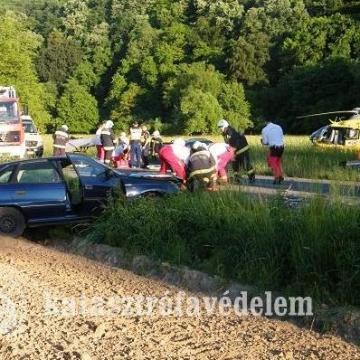 Mentő helikopter jött a Kárász és Vékény közti balesethez