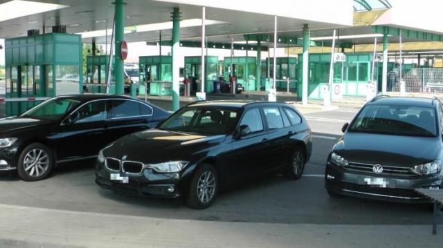 Hamis forgalmival és rendszámmal körözött autókat fogtak
