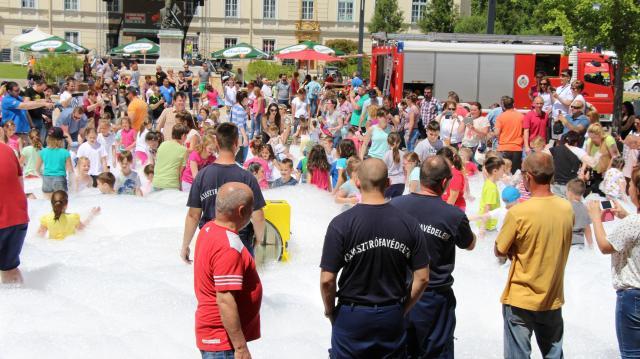 Habparty, búvárkodás, óriás társasjáték – Ismét a gyerekeké a város