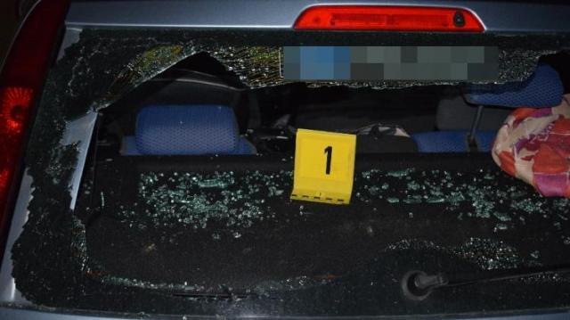 Szekercével törte be a háza elé parkoló kocsi ablakát