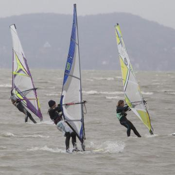 Önálló telephelyen készülhetnek a szörfösök Balatonaligán