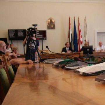 Rendkívüli ülésre ülnek össze a képviselők - 13 pont napirenden