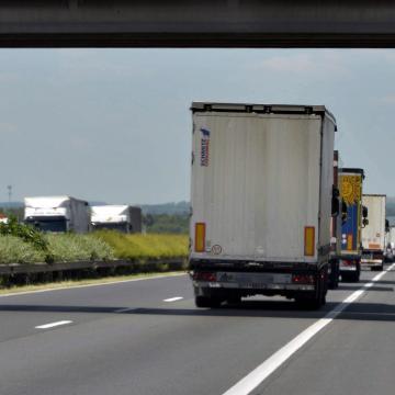 Torlódás az M1-esen – A szokásosnál is nagyobb a forgalom