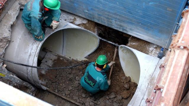 Útfelbontás vízvezetékhiba miatt a belvárosban