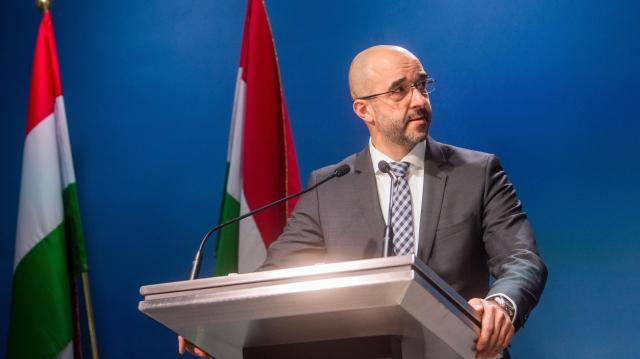 Kormányszóvivő: Csak a magyarok dönthessenek arról, kivel élnek együtt