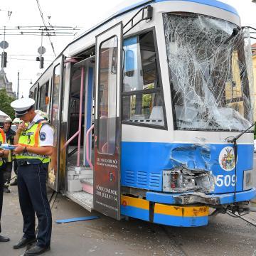 Villamos és autóbusz ütközött össze Debrecenben, tizenketten megsérültek