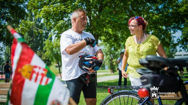 Székesfehérvárra érkezett Zelei József kerékpáros békenagykövet
