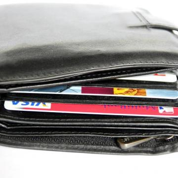 Kocsmapulton felejtett pénztárcát lopott el
