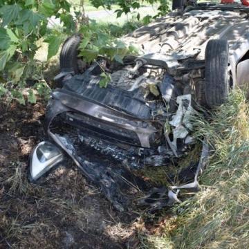 Fának csapódott, majd fejre állt egy idős női autós