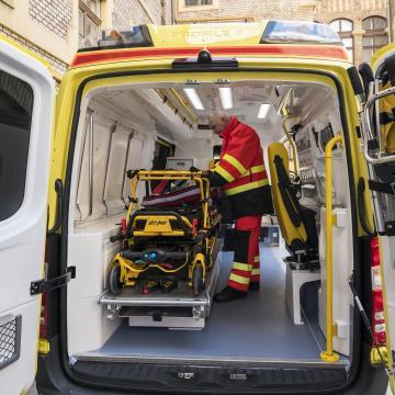 Több mint 100 új autóval és egyéb felszereléssel folytatódik a mentőszolgálat fejlesztése