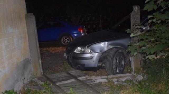 Kerítésnek ütközött, majd elaludt a kocsijában