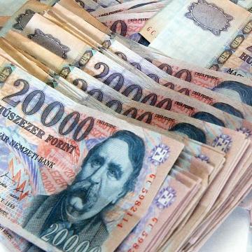 Kétszámjegyű maradhat a bérnövekedés idén elemzők szerint