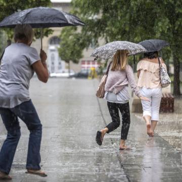 Északon a hőség, térségükben felhőszakadás miatt figyelmeztetnek