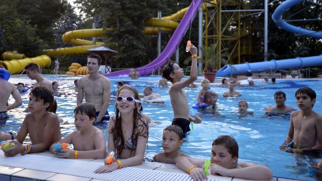Országszerte rengetegen fürdőznek a hőségben – Rekordok is megdőlhetnek