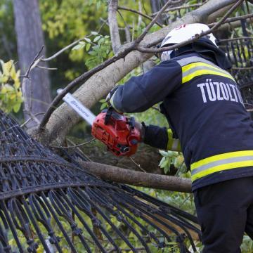 Tarolt a vihar a térségben, alig győzték a tűzoltók