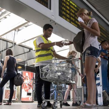Vizet oszt a vasútállomáson a MÁV-Start a hőségben