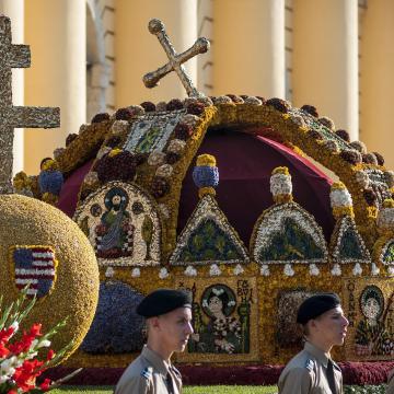 Erdő Péter bíboros megáldotta a Szent Korona-virágkocsit