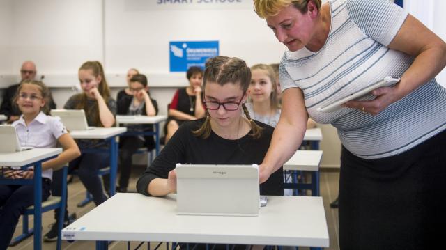 Mintegy százezer informatikai eszközt kapnak iskolák