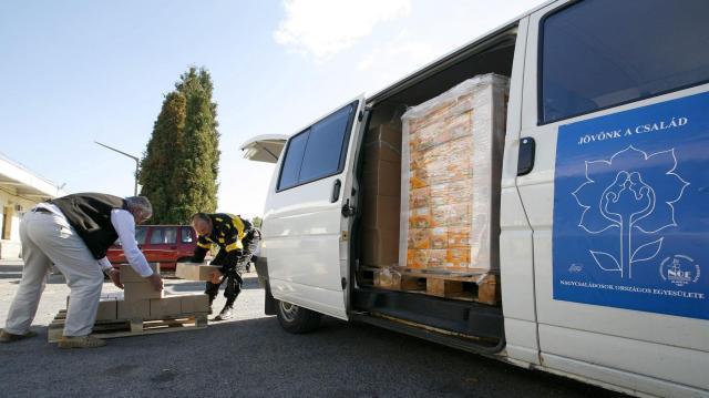 Pazarlás helyett - 1,2 millió élelmiszercsomagot kaptak a nélkülözők