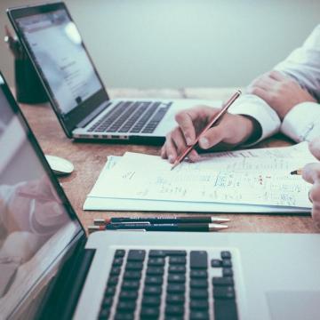 A keresetekre a dolgozókért folytatott verseny van hatással