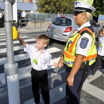 Iskolarendőrök vigyáznak a ma kezdődött tanévben is a gyerekekre