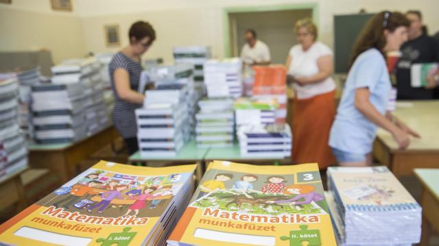 Nagy segítség az ingyenes tankönyv a családoknak