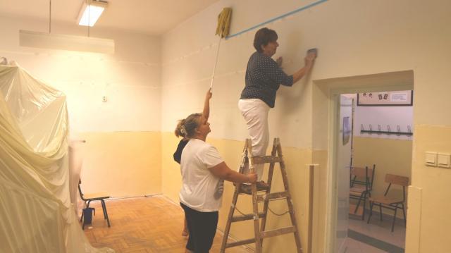 Önkéntesek festették ki a Móra tantermeit