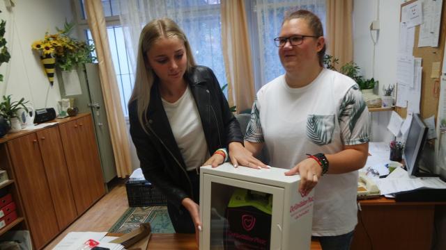 Defibrillátorokat adományoztak a diákok két iskolának is