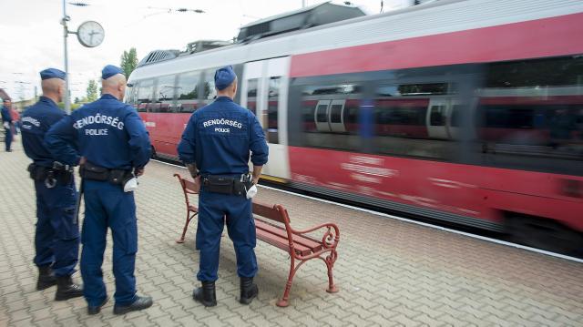 Egész napos razziát tart a rendőrség a vonatokon