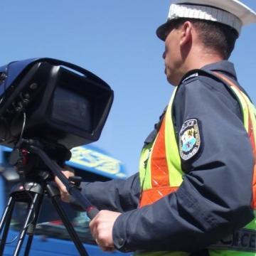 Rendőrségi traffipax: Nem mondják meg hol mérnek, de táblától-tábláig belefuthatunk