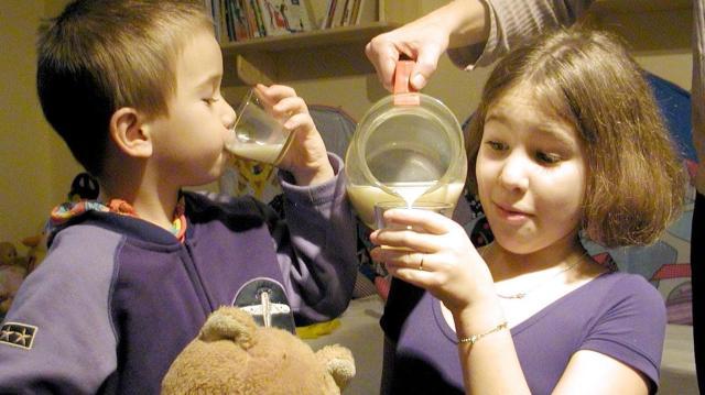 Több tanuló kap tejet és gyümölcsöt