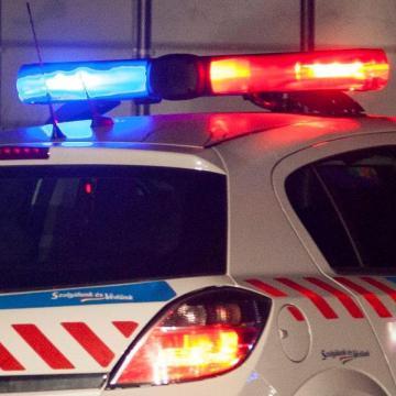 Egy parkoló kocsiból lopott, miközben a tulaja bent aludt