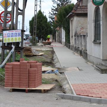 Célegyenesben a szőnyi járdák felújítása és a buszöböl kialakítása
