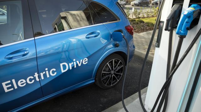 Csökkent a forgalomba helyezett új személyautók száma de egyre több a tisztán elektromos