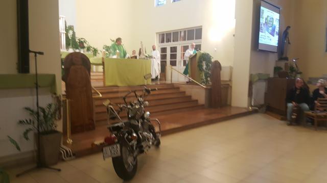 Motor állt a templomban