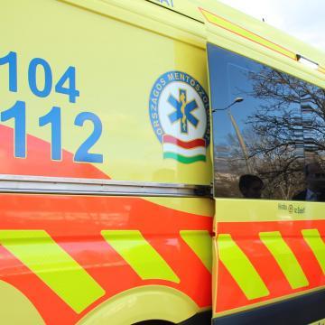 Többen is megsérültek a 84-esen egy előző autós miatt
