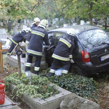 Átszakította a Farkasréti temető kerítését és a sírok közé hajtott egy autó