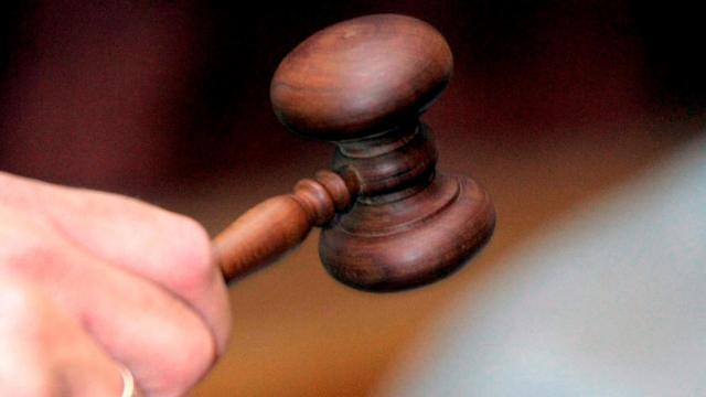 Ittasan, jogosítvány nélkül, ellopott kocsival borult fel – Vádat emeltek ellene