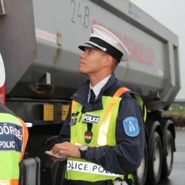 Minden buszt és teherautót megállítanak a rendőrök