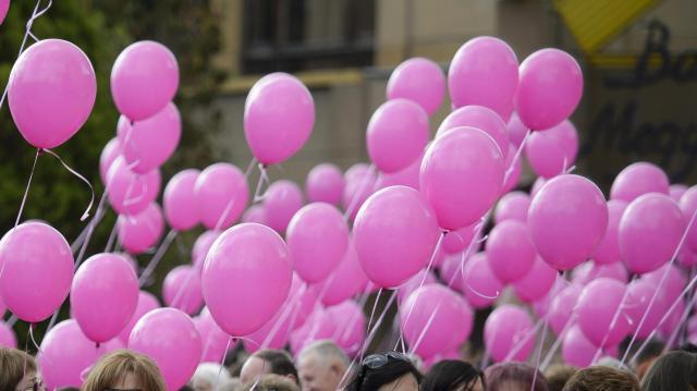 Séta rózsaszín lufival a mellrák ellen