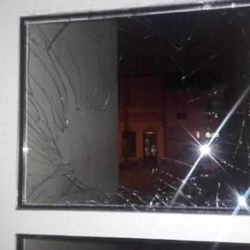 Veszekedett élettársával, majd ablakot tört