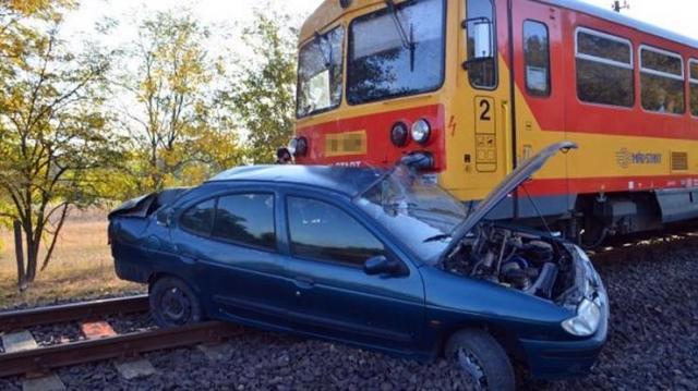 Vonat elé hajtott egy autós – Megsérült