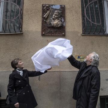Emléktáblát avattak Tolnay Klári színművész egykori lakóházán